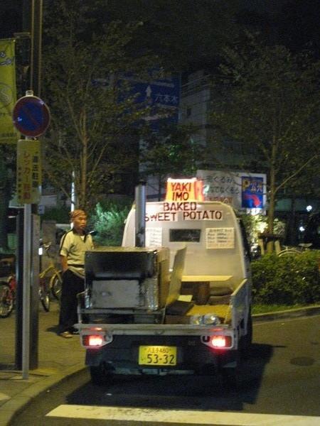 外國人多到連附近賣烤蕃薯的攤車都有英文招牌(拍糊了>_<)