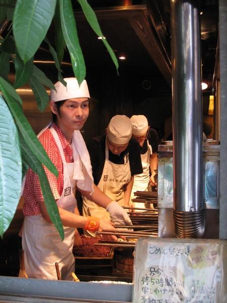 年輕師傅問我們要幾個,一個150日圓