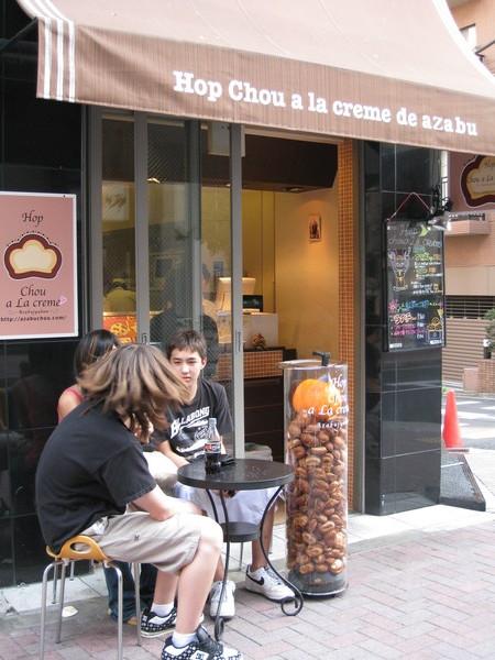 Hop Chou a La creme的脆皮泡芙,門口一整桶泡芙當活店招