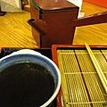 佐麵剩下的醬汁用桌上附的煮麵水稀釋,又是一碗好湯