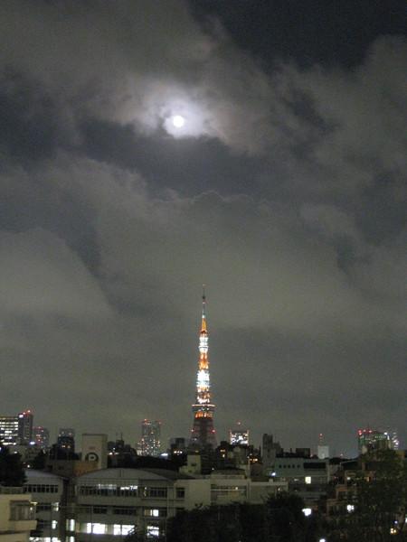 中秋節過後兩天,月亮好圓,可惜雲太多