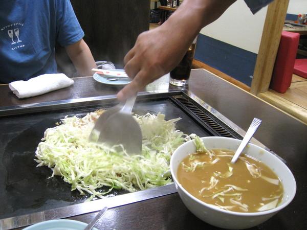 先將高麗菜絲和天婦羅麵渣稍微拌炒