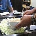 將高麗菜絲圍成一個洞,倒入特製麵糊