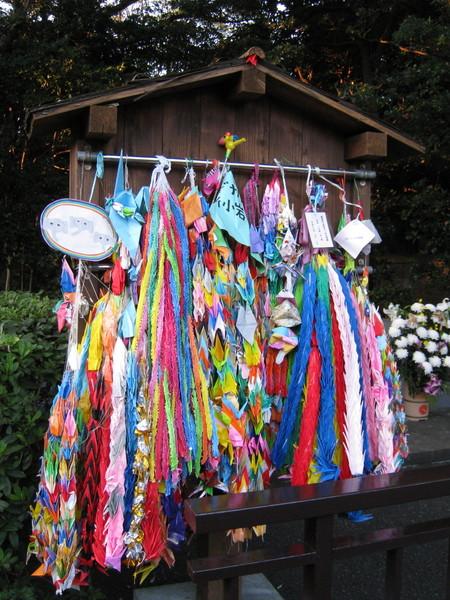 園內死去動物的墓園前,掛滿千紙鶴