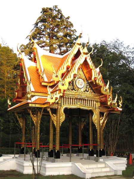 動物園內的涼亭,金碧輝煌很有泰國風