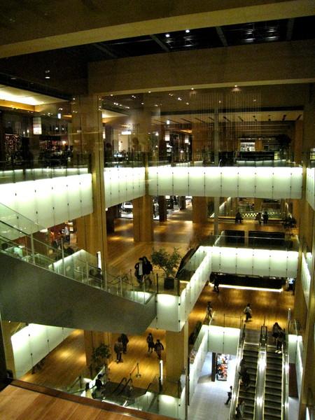在Tokyo Midtown三樓往下拍