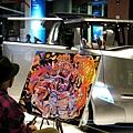 一樓正在展示新的Hybrid汽車,還邀請藝術家作畫