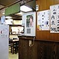從牆壁上的菜單海報和明星照就知道本店走本土風