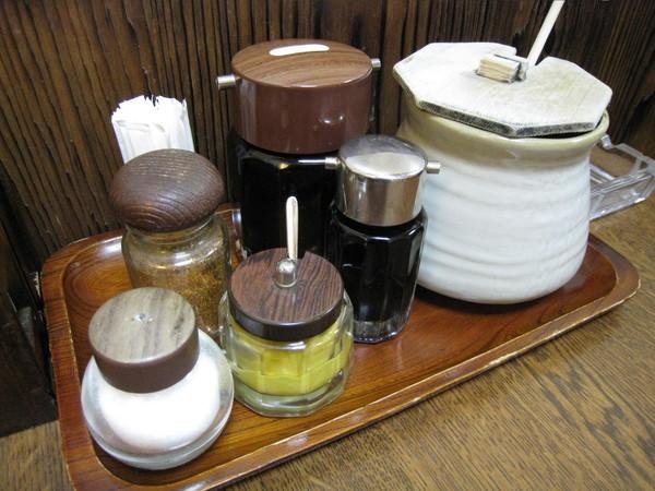 桌上的醬料有豬排醬汁、黑醋、芥末等,最大的遺憾是沒有配高麗菜的酸甜醬汁