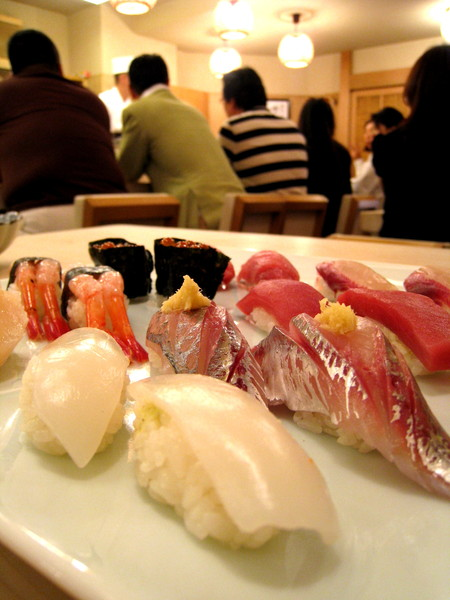 如果有錢天天吃壽司就好了(背景那三個肥仔聽說是有錢的熟客)