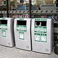 便利商店門口的垃圾分類回收箱,右邊的柱子是入店購物時綁狗用的