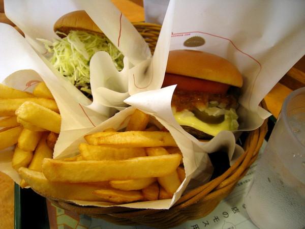 因為手邊有免費的薯條兌換券,午餐就在六本木的摩斯漢堡解決