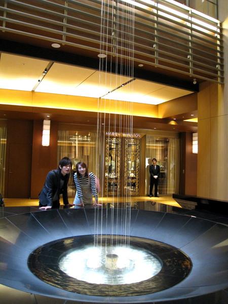 Tokyo Midtown中庭,頂級夢幻珠寶店 Harry Winston前,有個奇妙的水池