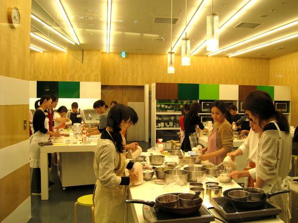 Tokyo Midtown一樓有個開放式教學廚房,裡面充滿正在學烹飪的年輕單身女郎和少婦
