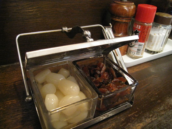 原來是醃漬的醬菜,用來配蛋包飯用的