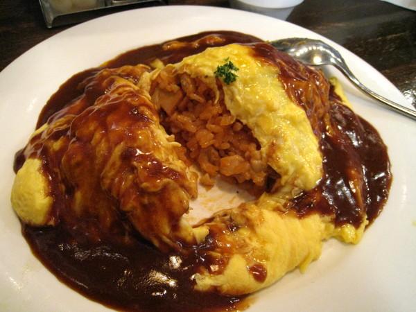 外層的半生熟蛋皮很嫩,內層是香濃的起司雞肉蘑菇飯。