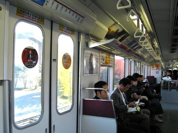 車上的乘客表情都很疲憊無奈,只有我像個觀光客到處拍照