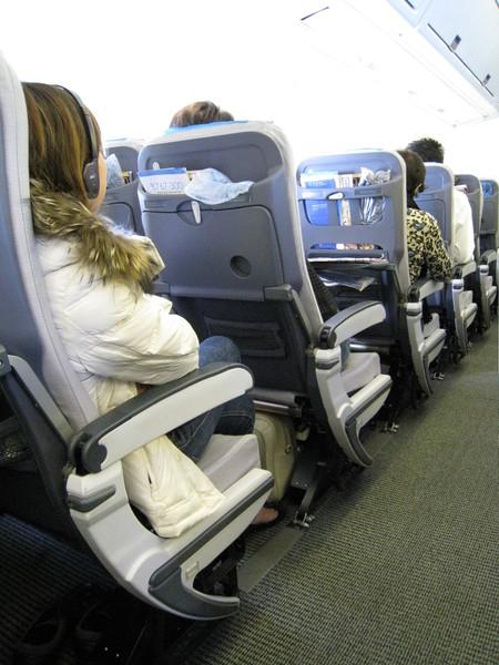 實在太無聊,開始亂拍同機的乘客