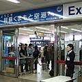 阿蘇熊本機場的出口,讓人仿若置身國光號車站
