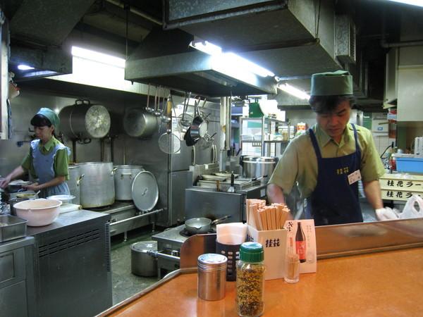 廚房跟松屋、吉野家一樣,也是開放式的