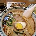 套餐內容包括拉麵一碗、炒飯一盤、煎餃四顆、一小碟醃菜、和免費的冰茶水
