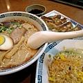 日本人很奇怪,吃拉麵很愛配炒飯和煎餃。明明都是主食類,不是嗎?