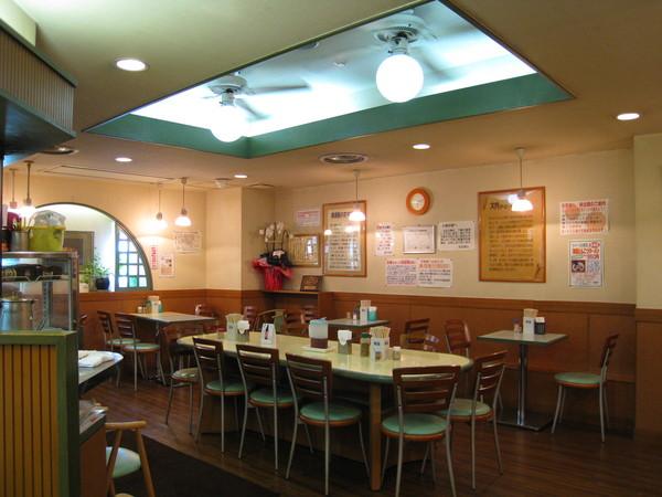 桂花本店的裝潢有點像速食快餐店,但比東京分店寬敞