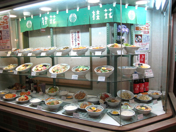 桂花的櫥窗裡擺滿餐點模型,看這陣仗,應該把整個menu都擺上去了吧