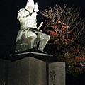吃完拉麵已經入夜,散步至日本三大名城之一的熊本城看夜景。圖為戰國時代熊本城主加藤清正的塑像