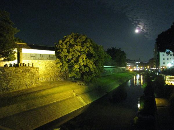 沿著熊本城的河岸夜間散步,比日劇還浪漫,強烈建議熱戀中的男女排入行程