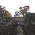 穿過重重石牆,上面是我們要去的天守閣