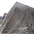 這是傳說中超難攻下的石牆,有詭異的坡度