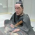 隔著玻璃窗拍的熊本城主加藤清正塑像,超有喜感的啦