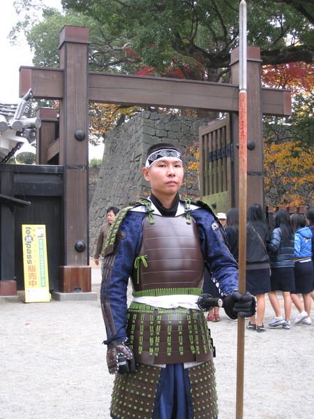 這個城門與我們剛來的入口方向不同,有衛兵(當然不是真的)駐守耶!