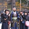 衛兵葛格很敬業的跟韓國女學生觀光團拍照