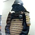 就算在展示櫃裡也一樣帥氣的武士盔甲。那張鬼臉應該可以笑退敵人。