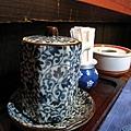 連裝醬油的罐子也充滿日式傳統風味