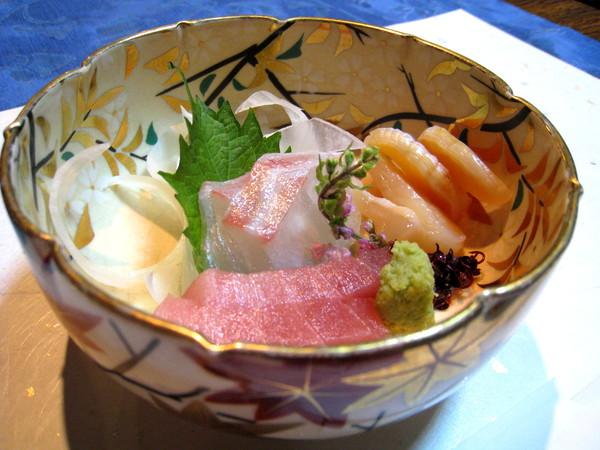 大白請老闆為我們搭配一人3500日圓的套餐,第一道是生魚片