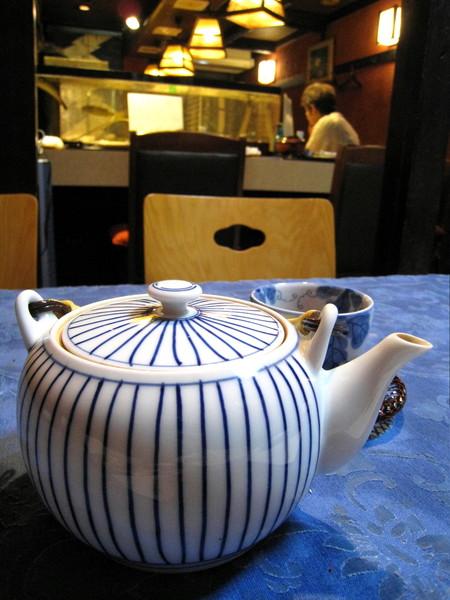 茶壺是我喜歡的造型,一邊倒茶一邊想著要去買一個同花色的