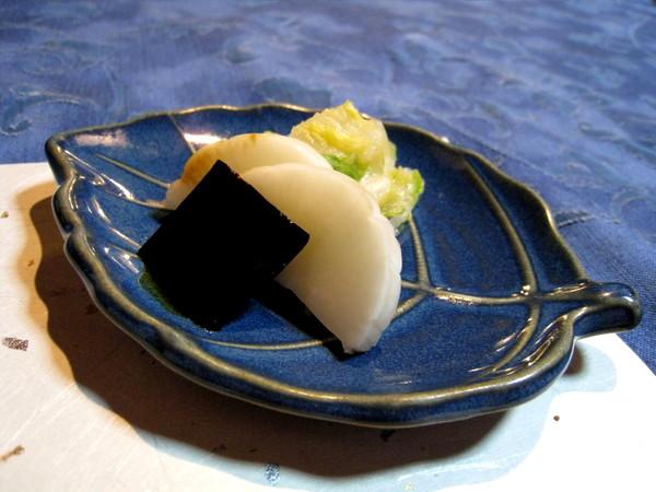 簡單的海帶、白蘿蔔、白菜漬物,清爽但不算特別