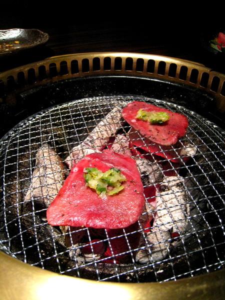 牛舌在炭爐上的可愛模樣