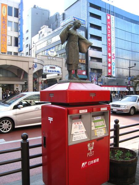 熊本市的郵筒別具巧思,上次還看到郵筒上站著狸貓雕像