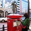 恰巧穿著綠色外套的小姐來寄信,紅配綠好聖誕