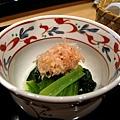 前菜:青江菜+麵筋,上面撒了柴魚