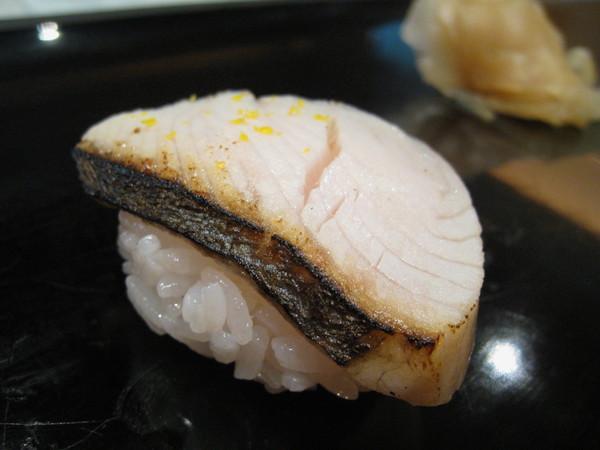 我有不吃熟魚的怪癖,所以只要稍微炙烤過的都交給大白解決