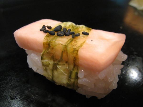 這個很妙,是醃漬的白蘿蔔壽司