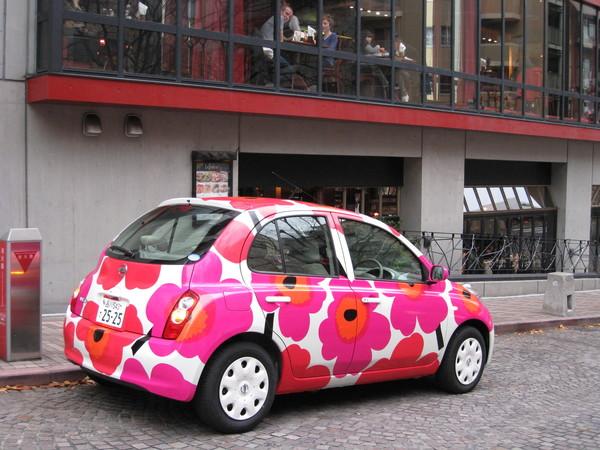 麻布十番公園邊餐廳門口的這輛車超可愛,很有節慶氣氛