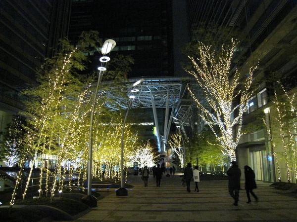 六本木Tokyo Midtown入口在聖誕節期間亮起火樹銀花