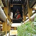 Tokyo Midtown購物中心內部的聖誕布幔很有味道