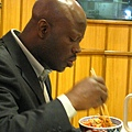 穿著西裝的黑人大哥也愛吃牛丼,而且狂加免費的醃薑,可惜我來不及拍